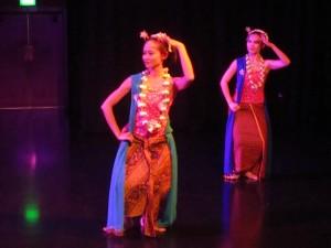 Ade Suharto and Niken Waloejo dance Gambyong Pangkur